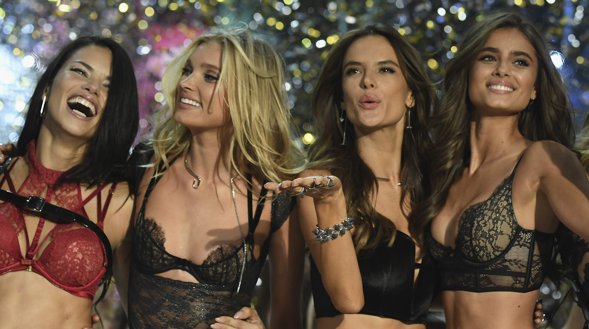 VICTORIAS SECRET FASHION SHOW FINALE PICTURE OF MODELS IN LINGERIE